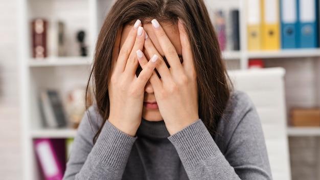 Widok Z Przodu Kobieta O Bólu Głowy Podczas Pracy W Domu Premium Zdjęcia