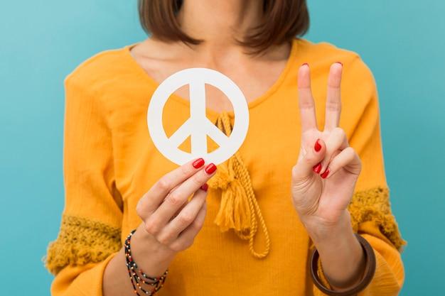 Widok Z Przodu Kobieta Trzyma I Robi Znak Pokoju Darmowe Zdjęcia