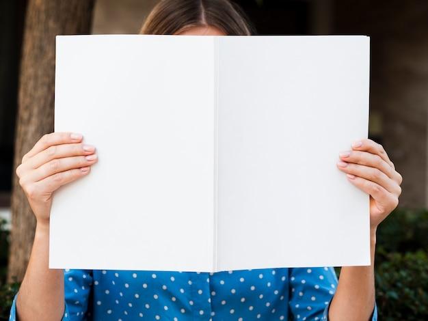 Widok z przodu kobieta trzyma magazyn makiety Darmowe Zdjęcia