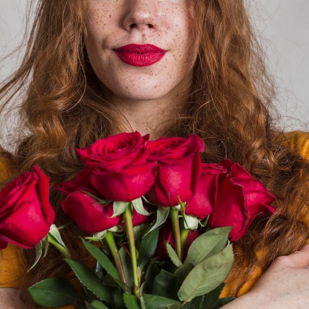 Widok z przodu kobieta trzyma piękne róże Darmowe Zdjęcia
