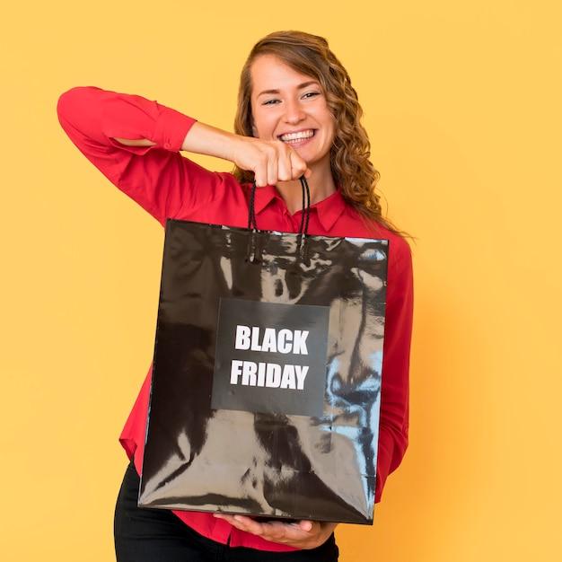 Widok Z Przodu Kobieta Trzyma Torbę Na Zakupy W Czarny Piątek Darmowe Zdjęcia