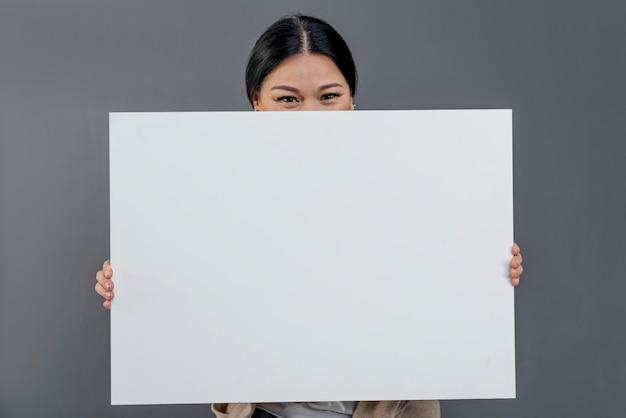 Widok Z Przodu Kobieta Z Pustym Arkuszu Papieru Darmowe Zdjęcia