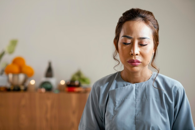 Widok Z Przodu Kobiety Medytacji Z Miejsca Na Kopię Darmowe Zdjęcia