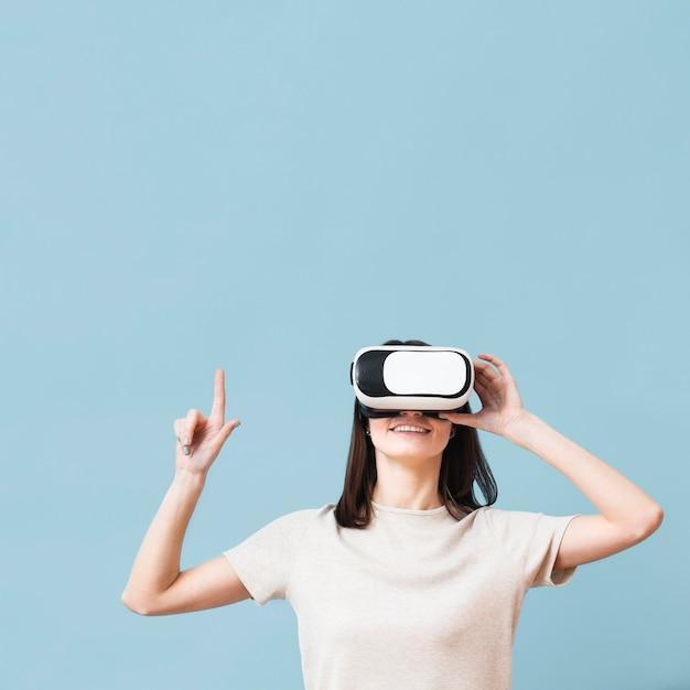 Widok Z Przodu Kobiety Skierowanej W Górę Podczas Noszenia Słuchawki Wirtualnej Rzeczywistości Darmowe Zdjęcia