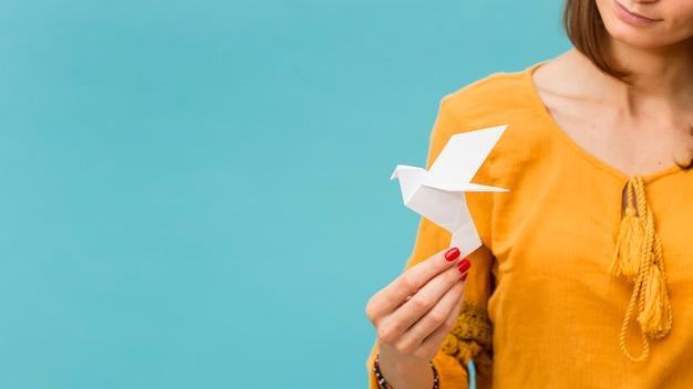 Widok Z Przodu Kobiety Trzymającej Papierową Gołębicę Darmowe Zdjęcia
