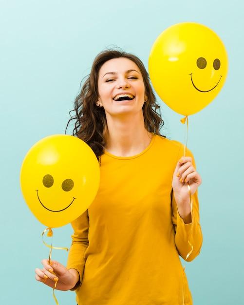Widok Z Przodu Kobiety Z Balonami Darmowe Zdjęcia