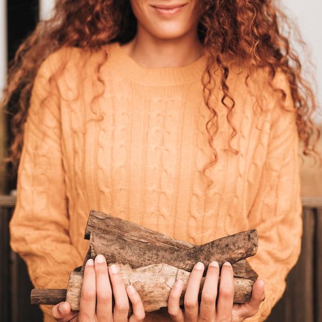 Widok z przodu kobiety z drewna opałowego Darmowe Zdjęcia