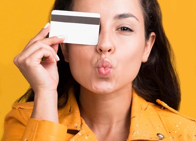 Widok Z Przodu Kobiety Z Kartą Kredytową Darmowe Zdjęcia