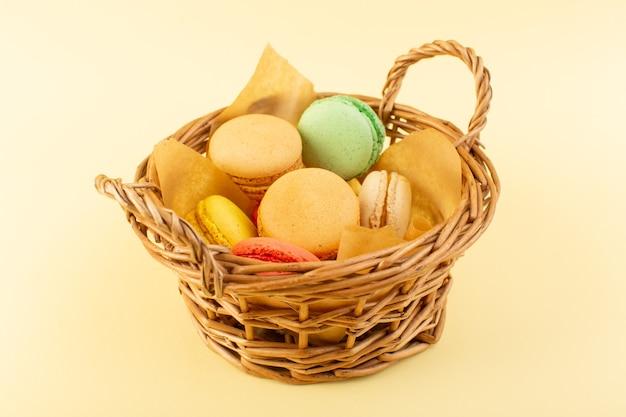Widok Z Przodu Kolorowe Francuskie Makaroniki Wewnątrz Kosza Na żółtym Biurku Herbatniki Ciasto Cukrowe Słodkie Darmowe Zdjęcia