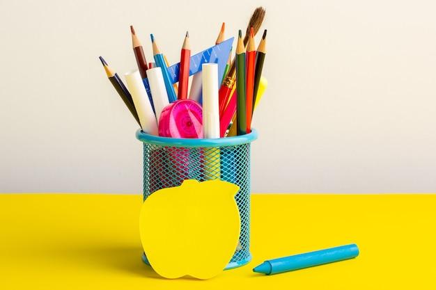 Widok Z Przodu Kolorowe Różne Ołówki Z Pisakami Na żółtym Biurku Darmowe Zdjęcia