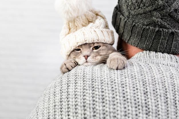 Widok z przodu kotek w męskich ramionach Darmowe Zdjęcia