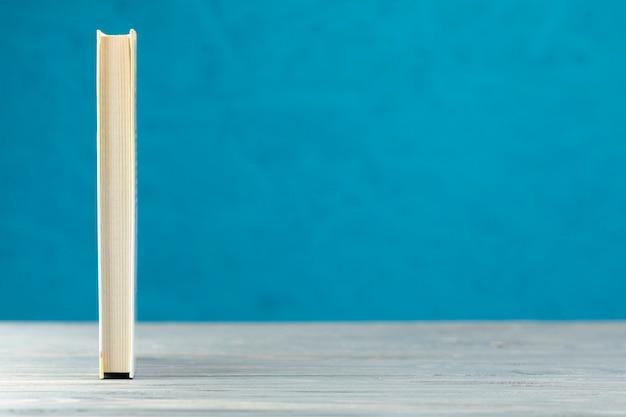 Widok z przodu książki na niebieskim tle Darmowe Zdjęcia
