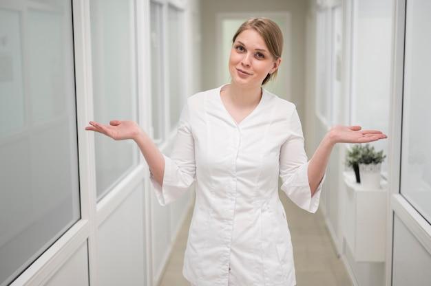 Widok Z Przodu Lekarz Pozowanie W Pomieszczeniu Darmowe Zdjęcia