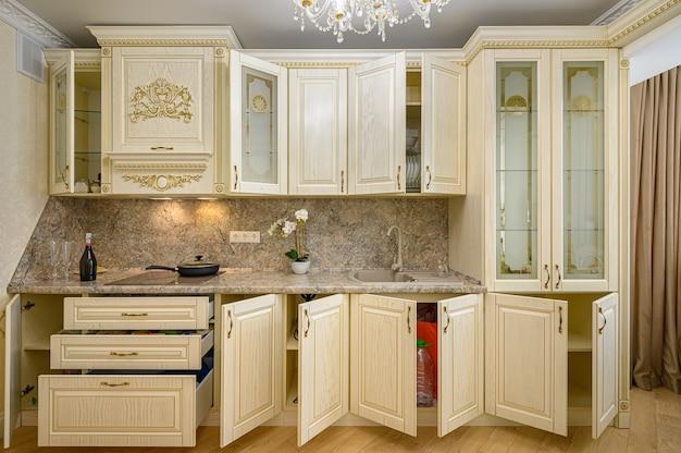 Widok Z Przodu Luksusowego Nowoczesnego Neoklasycznego Beżowego Wnętrza Kuchni Premium Zdjęcia