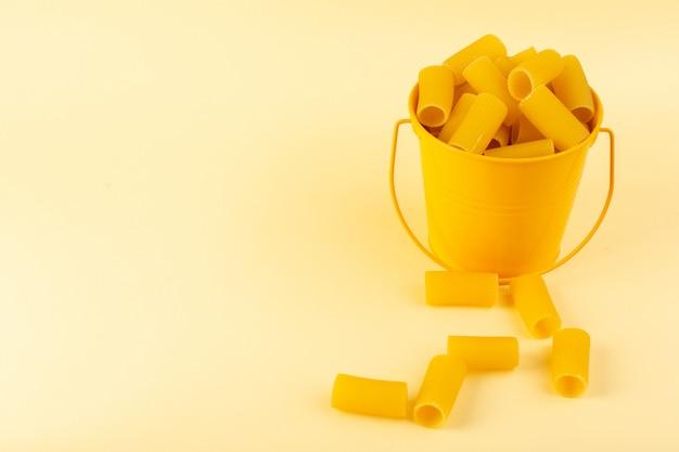 Widok Z Przodu Makaron Wewnątrz Kosza Uformowany Surowy Wewnątrz żółty Kosz Na Kremowym Tle Posiłek żywności Włoskiego Spaghetti Darmowe Zdjęcia