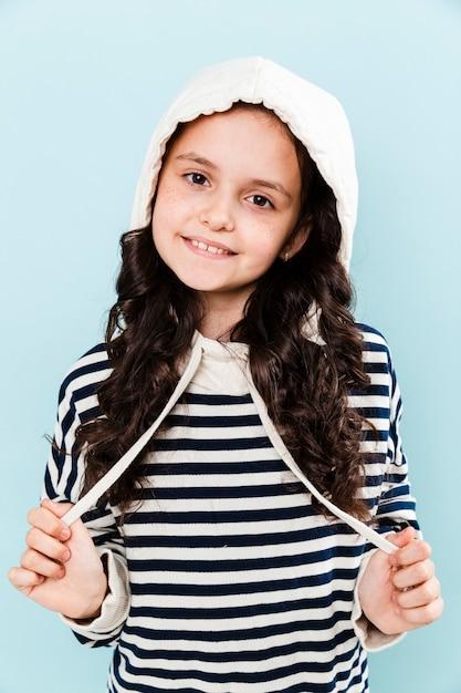 Widok z przodu mała dziewczynka sobie portret z kapturem Darmowe Zdjęcia