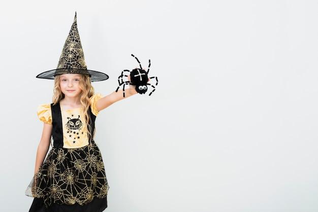 Widok z przodu mała dziewczynka w stroju czarownicy z miejsca na kopię Darmowe Zdjęcia