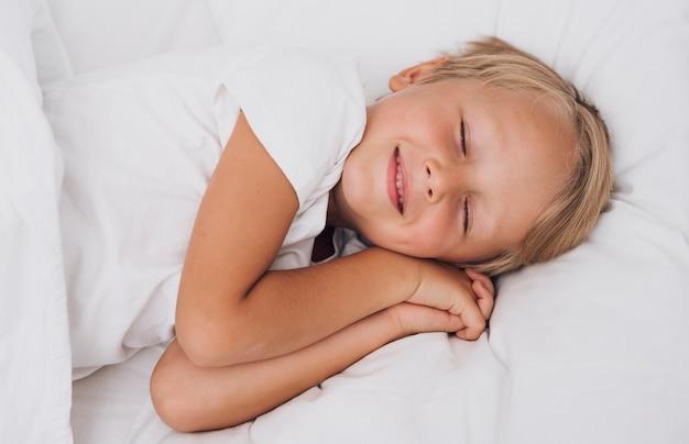 Widok Z Przodu Małe Dziecko O Słodkich Snach Darmowe Zdjęcia