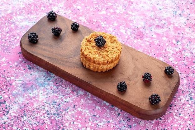 Widok Z Przodu Małego Ciasta Z Jagodami Na Różowej Powierzchni Darmowe Zdjęcia