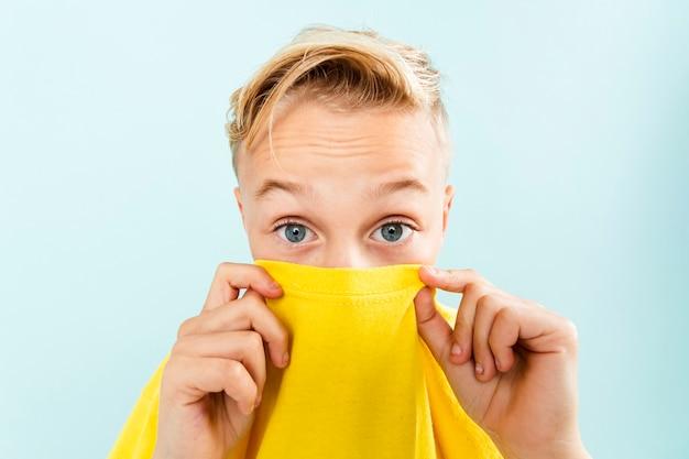 Widok Z Przodu Mały Chłopiec Bawi Się T-shirt Darmowe Zdjęcia