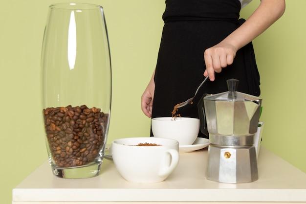 Widok Z Przodu Mały Chłopiec Przygotowuje Kawowy Napój Na Stole Darmowe Zdjęcia