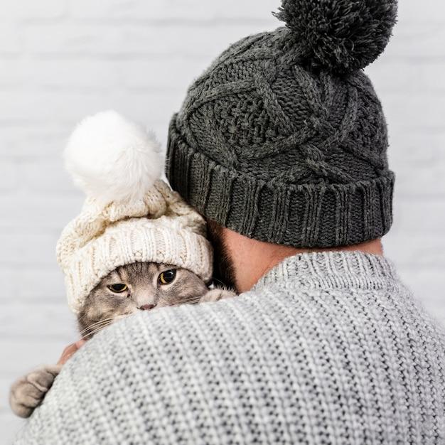 Widok z przodu mały kotek z futrzaną czapką Darmowe Zdjęcia