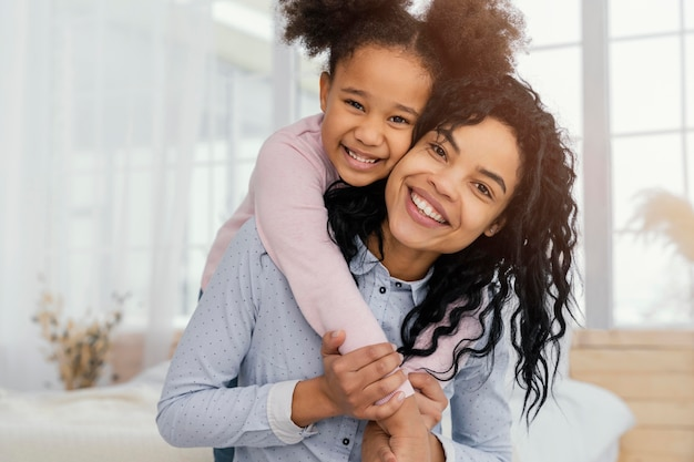 Widok Z Przodu Matki Bawiącej Się W Domu Z Córką Darmowe Zdjęcia