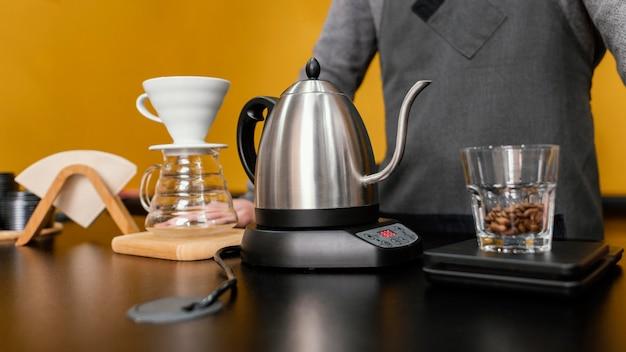 Widok Z Przodu Męskiego Baristy Przygotowującego Kawę Z Czajnikiem I Filtrem Darmowe Zdjęcia