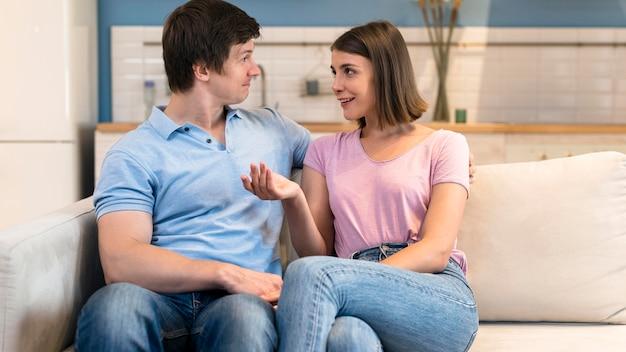 Widok Z Przodu Mężczyzna I Kobieta, Patrząc Na Siebie Premium Zdjęcia