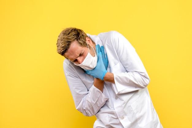 Widok Z Przodu Mężczyzna Lekarz Mający Problemy Z Oddychaniem Na żółtym Tle Pandemiczny Lekarz Covid- Darmowe Zdjęcia