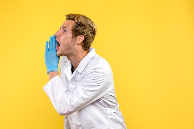 Widok Z Przodu Mężczyzna Lekarz Wzywający Głośno Na żółtym Tle Covid- Human Emotion Medic Darmowe Zdjęcia