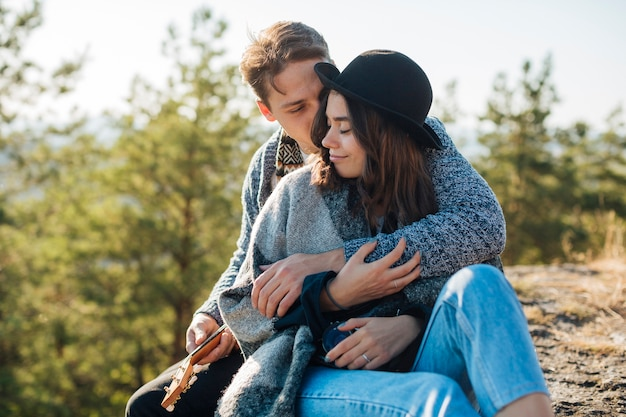 Widok z przodu mężczyzna przytulanie swoją dziewczyną Darmowe Zdjęcia