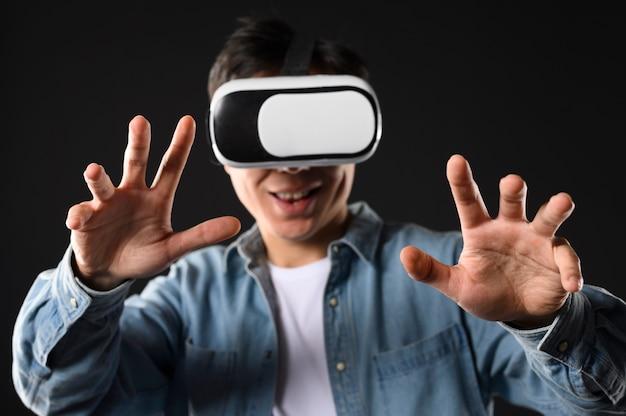 Widok Z Przodu Mężczyzna Wirtualnej Rzeczywistości Zestaw Słuchawkowy Darmowe Zdjęcia