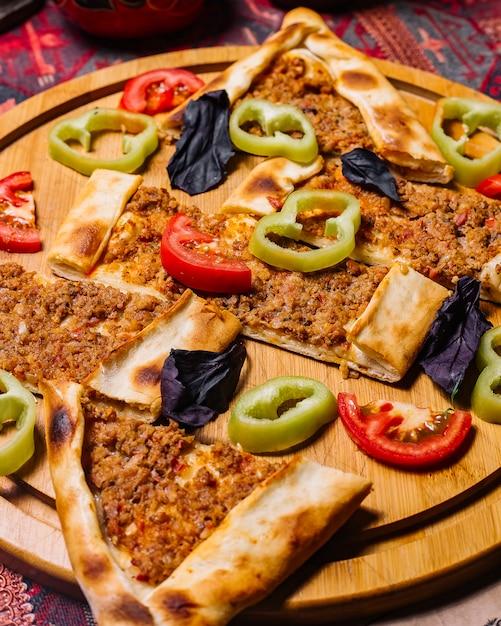 Widok Z Przodu Mięso Z Papryką I Pomidorem Darmowe Zdjęcia