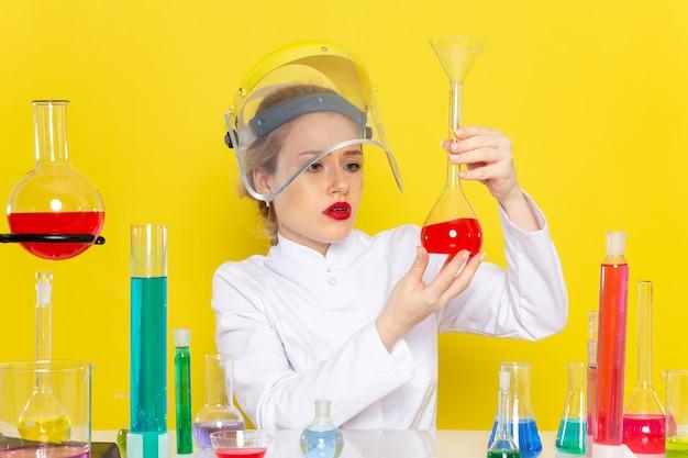Widok Z Przodu Młoda Chemiczka W Białym Garniturze Z Roztworami Ed Pracująca Z Nimi W Hełmie Podczas żółtych Testów Chemii Kosmicznej Darmowe Zdjęcia