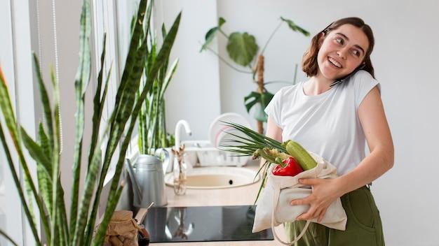 Widok Z Przodu Młoda Kobieta Gospodarstwa Bio Warzywa Darmowe Zdjęcia