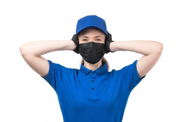 Widok Z Przodu Młoda Kobieta Kurier W Niebieskie Jednolite Czarne Rękawiczki I Czarną Maskę Zakrywającą Uszy Darmowe Zdjęcia