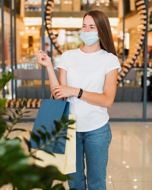 Widok Z Przodu Młoda Kobieta Ubrana W Maskę Darmowe Zdjęcia