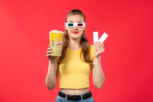 Widok Z Przodu Młoda Kobieta W Kinie Trzymając Pakiet Popcornu I Bilety Na Jasnoczerwone Kinowe Filmy Kinowe Darmowe Zdjęcia