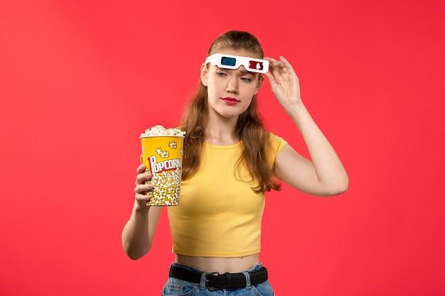 Widok Z Przodu Młoda Kobieta W Kinie Trzymając Popcorn Na Czerwonej ścianie Filmy Teatr Kino Kobiet Kolor Darmowe Zdjęcia