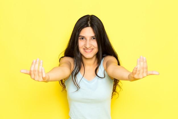 Widok Z Przodu Młoda Kobieta W Niebieskiej Koszuli Pozowanie I Woła Z Uśmiechem Na Twarzy Darmowe Zdjęcia