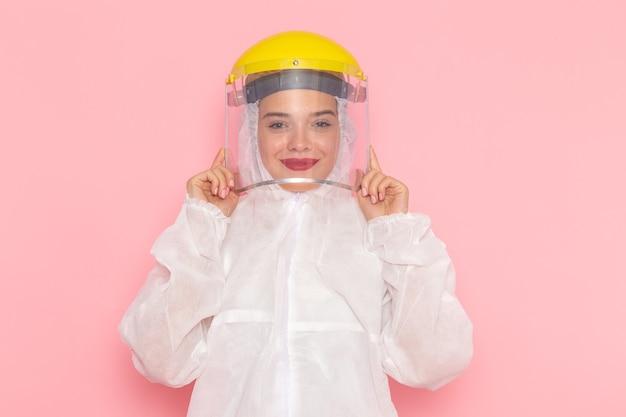 Widok Z Przodu Młoda Piękna Kobieta W Specjalnym Białym Garniturze Ubrana W Specjalny żółty Kask I Uśmiechnięta Na Różowej Przestrzeni Specjalny Garnitur Dziewczyna Kobieta Darmowe Zdjęcia