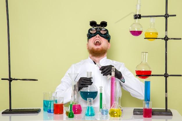 Widok Z Przodu Młodego Chemika śmiejącego Się Ze Swoich Diabelskich Zamiarów Darmowe Zdjęcia