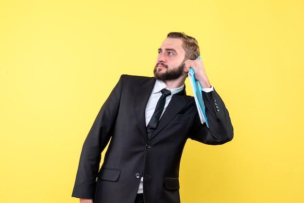 Widok Z Przodu Młodego Człowieka Zaintrygowany Biznesmen Trzyma Niebieski Folder I Wygląda Na Bok Na żółto Darmowe Zdjęcia