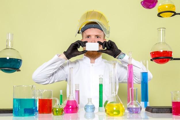 Widok Z Przodu Młody Chemik Zakrywający Usta Białą Kartą Darmowe Zdjęcia