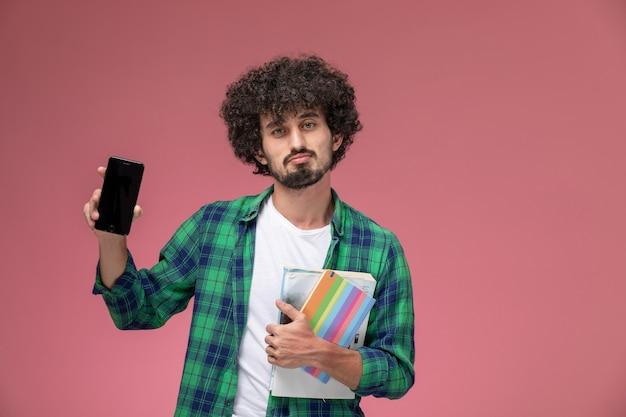 Widok Z Przodu Młody Człowiek Demonstrujący Swój Nowy Drogi Telefon Komórkowy Darmowe Zdjęcia
