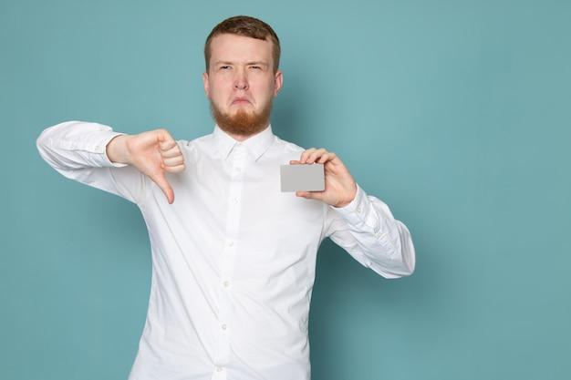 Widok Z Przodu Młody Człowiek W Białej Koszuli Gospodarstwa Karty Na Niebieskiej Przestrzeni Darmowe Zdjęcia