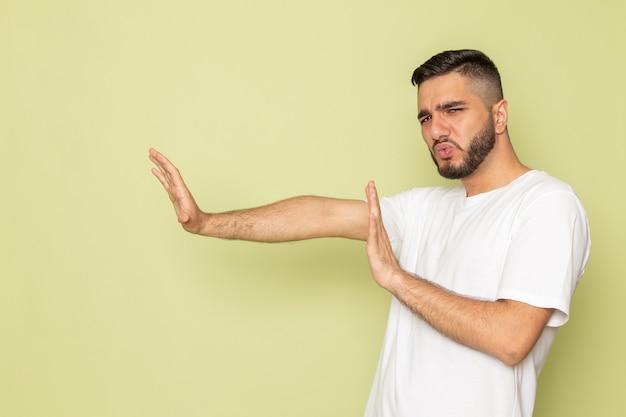 Widok Z Przodu Młody Mężczyzna W Białej Koszulce Z Zachowaniem Zasad Dystansu Społecznego Darmowe Zdjęcia