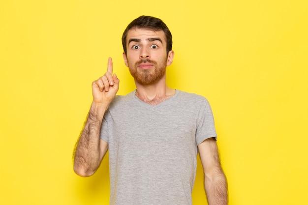 Widok Z Przodu Młody Mężczyzna W Szarej Koszulce Z Wyrażeniem Idei Na żółtej ścianie Model Ekspresji Emocji Człowieka Darmowe Zdjęcia