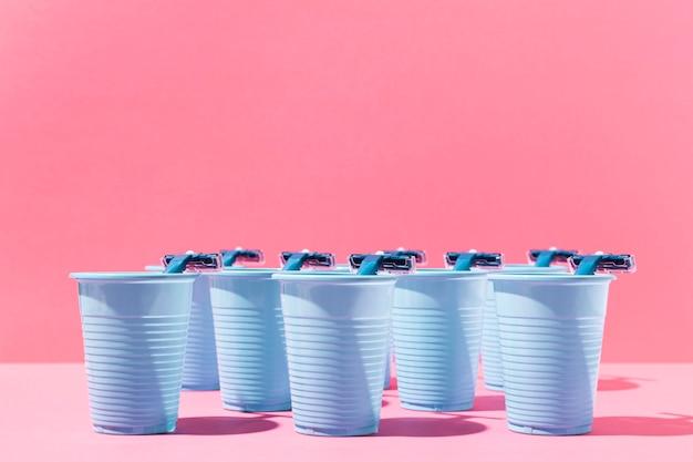 Widok Z Przodu Na Niebieskie Plastikowe Kubki I żyletki Darmowe Zdjęcia